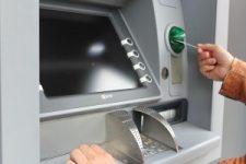 Geld am Automaten holen